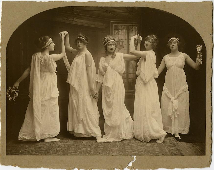 Agatha Christie em uma aula de dança em Torquay, ela é a bailarina do centro