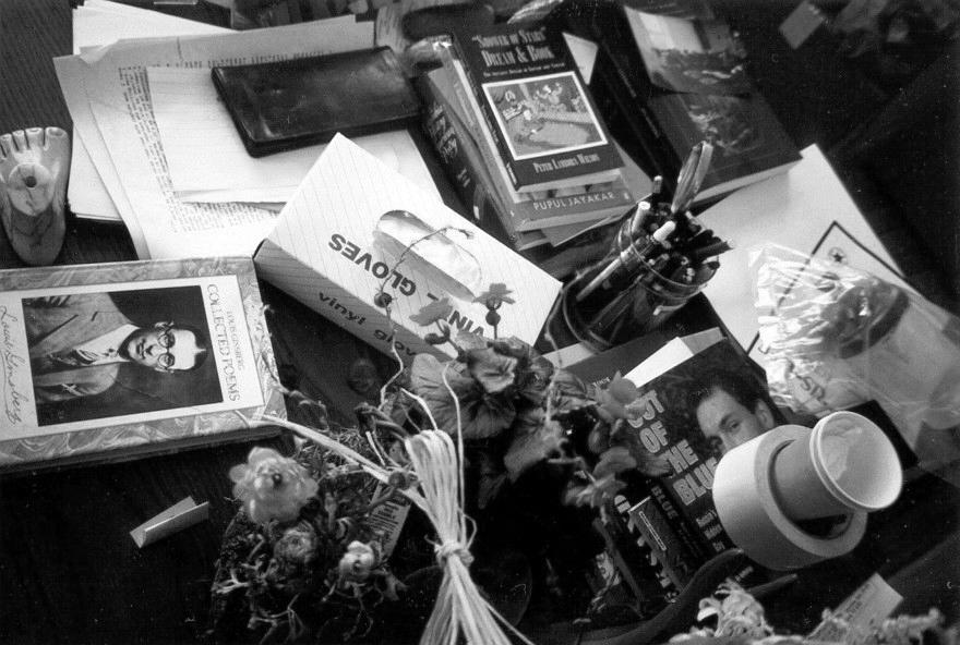 A mesa de trabalho do poeta beat como ele a deixou. Entre os objetos e livros, uma coletânea de poemas de seu pai, Louis Ginsberg