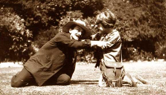 Barrie adorava brincar com as crianças. Na foto, ele e Michael, irmão de Peter