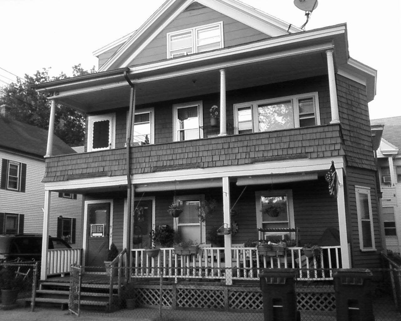 """A casa em que Jack Kerouac nasceu ainda está lá, em Lowell (nesta foto com uma placa de """"Aluga-se) - clique na imagem para ampliar"""