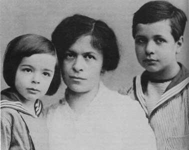 Albert, a irmã Maja e a mãe, Pauline Koch