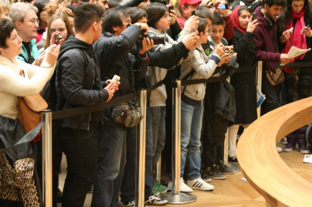 Uma multidão querendo ver e fotografar a pop star Monalisa. Foto: Ivan Pinheiro Machado