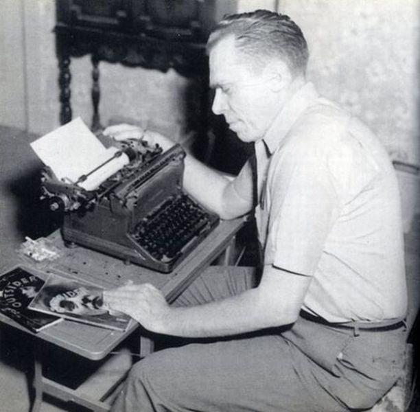 """Começo de carreira: ao lado da máquina do jovem Bukowski, volumes da """"The Outsider"""""""