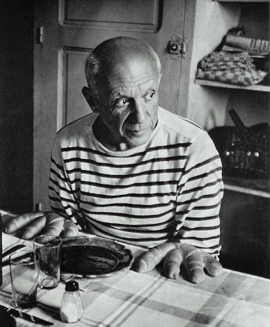 Picasso em sua cozinha. Talvez esperando a cozinheira lhe servir