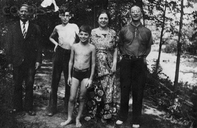 Allen Ginsberg aos 10 anos (centro). Com ele estão, seu tio Mendel, seu irmão Eugene, sua mãe Naomi e seu pai Louis.