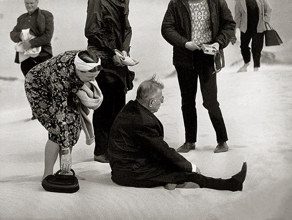 Sartre sentado nas dunas de Nida, na Lituânia, em 1965