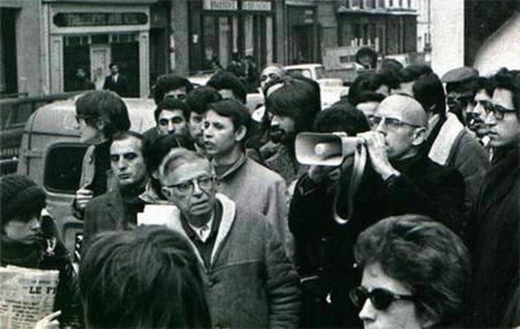 """Sartre e Michel Foucault durante passeata em maio de 1968. """"Sou testemunha, estou aqui para testemunhar a história"""", disse ele."""