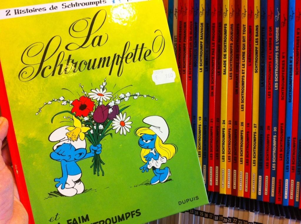 """A versão belga do livro que a L&PM lança exatamente em agosto (exatamente com esta capa): """"A Smurfette e a fome dos Smurfs"""" / Foto: Fernanda Scherer"""