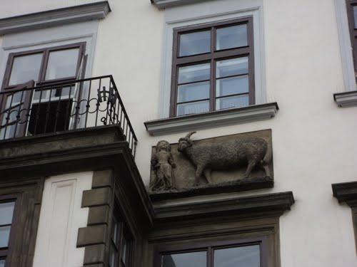 A fachada não engana, aqui é a Casa do Carneiro de Pedra