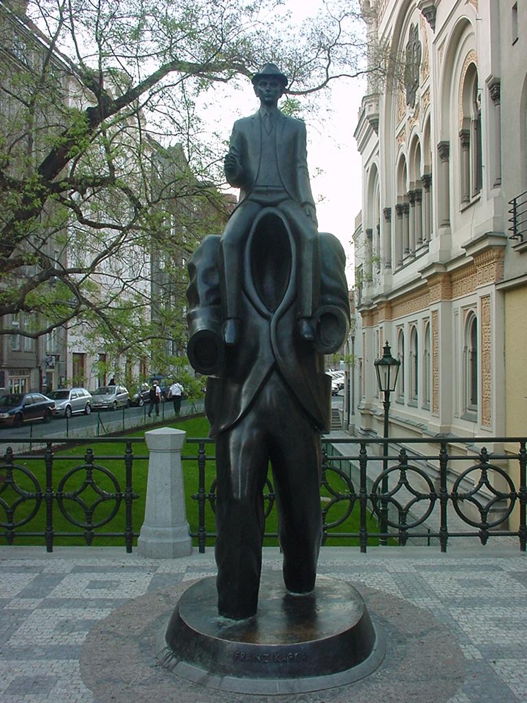 O que exatamente significa essa estátua em homenagem a Kafka?