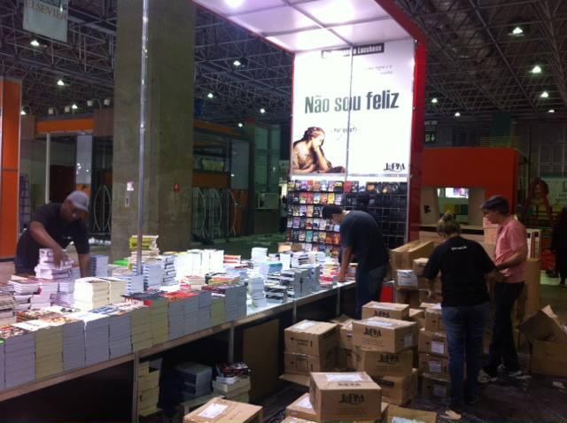 Arrumação do estande da L&PM Editores na Bienal do Rio