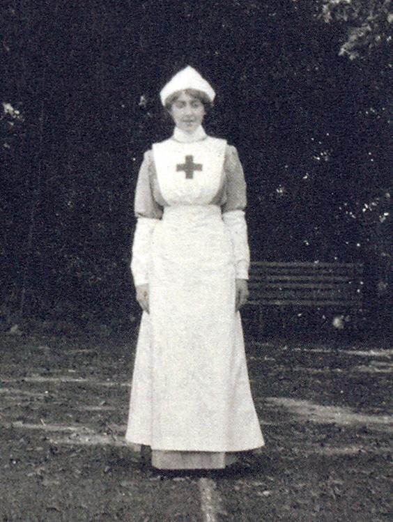 Agatha Christie no tempo em que era enfermeira e fez muitas descobertas sobre venenos