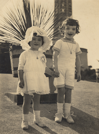 O pequeno Julio Cortázar com sua irmã Ofelia
