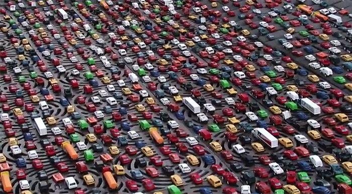 Engarrafamento com 13 mil carros de brinquedo em Madrid