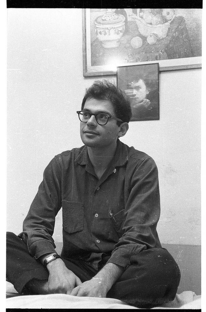 Entre as fotos da exposição, esta esta em que Allen  (1926-1997) aparece na frente de Rimbaud, no quarto 25 do Beat Hotel em Paris. A foto foi feita por Harold Chapman em dezembro de 1956.