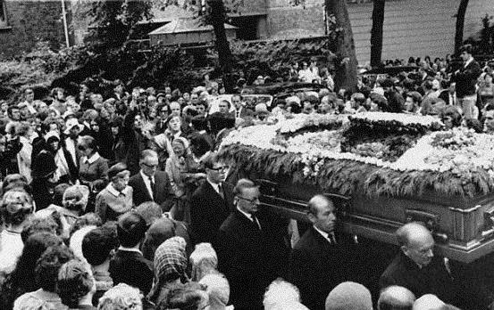 A morte de Pablo Neruda ocorreu em 23 de se 1973. Seu funeral reuniu uma multidão no Chile