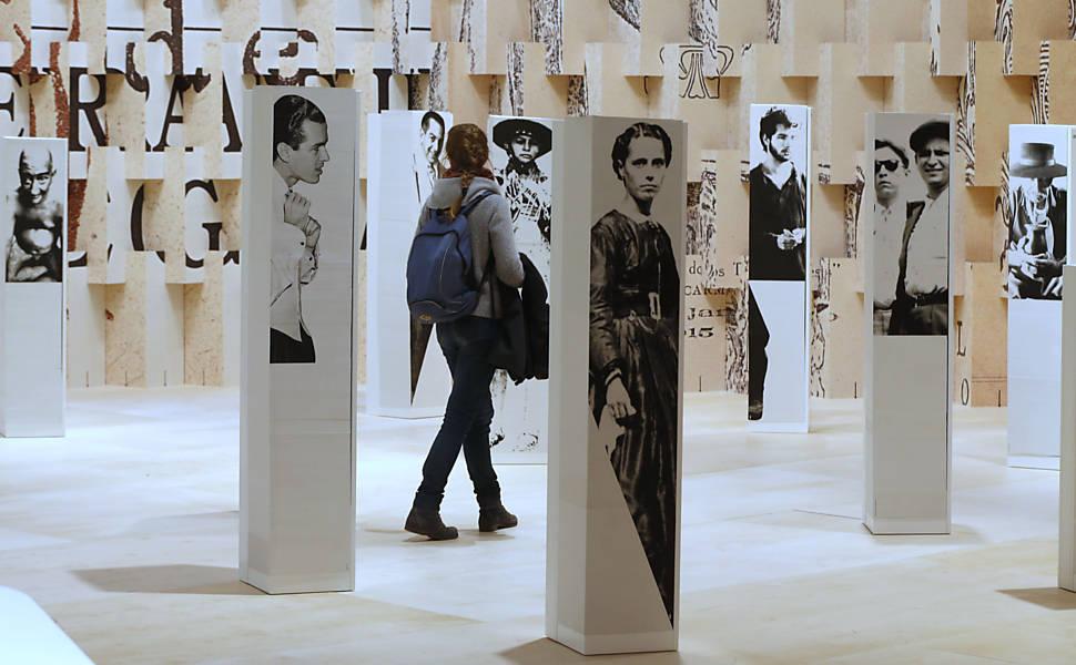 Os totens mostram personagens da literatura brasileira e vão desaparecer - Michael Probst / Associated Press