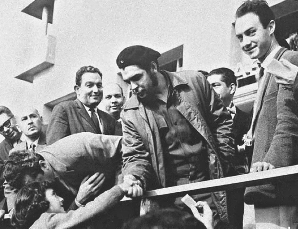 Flávio ao lado de Che na foto que estampou a capa do jornal El País