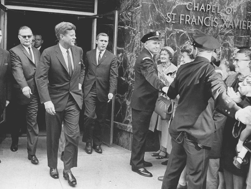 Kennedy cercado por agentes do Serviço Secreto