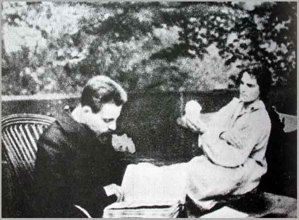 No estúdio de Rodin, Clara modela um busto de Rilke