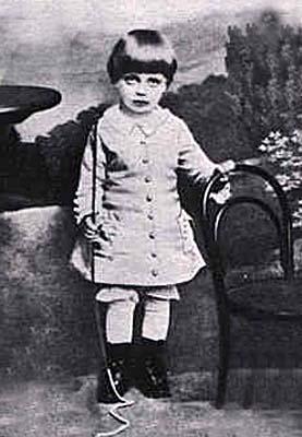 Rilke criança, vestido pela mãe com roupas de menina