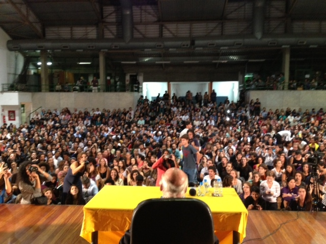 Eduardo Galeano lotou o ginásio da PUC-RJ / Foto Ivan Pinheiro Machado