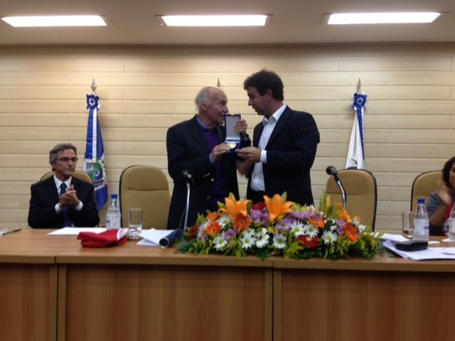 Eduardo Galeano recebe a medalha Tiradentes e o Título de Cidadão Honorário do Município do Rio de Janeiro, dos mandatos do deputado estadual Marcelo Freixo e do vereador Eliomar Coelho.