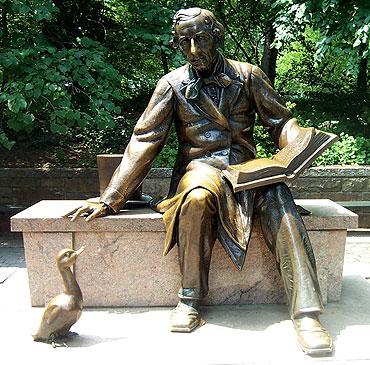 Estátua de Hans Christian Andersen no Central Park em Nova York