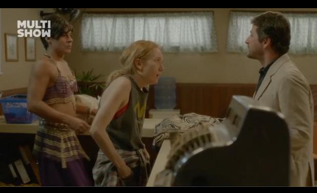 """André Gonçalves, Camila Morgado e Marcelo Serrado em uma cena de """"Por isso eu sou vingativa"""". Clique na imagem para assistir o vídeo."""