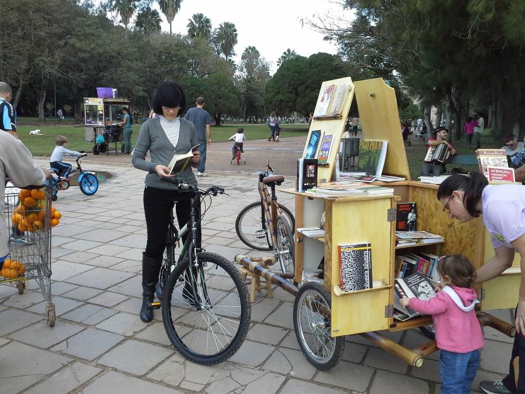 Em Porto Alegre, no Rio Grande do Sul, a Babmucicloteca percorre os parques sobre uma bicicleta feita de bambu.