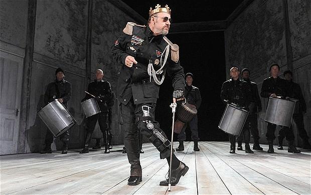 A peça Ricardo III, de Shakespeare, com Kevin Spacey no papel título, ganhou uma roupagem moderna sob a direção de Sam Mendes