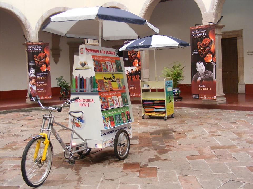 No México, uma biblioteca móvel sobre duas rodas.