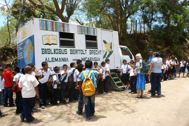 "Na Nicarágua, ó ônibus biblioteca ""Bertolt Brecht"" percorre o país."