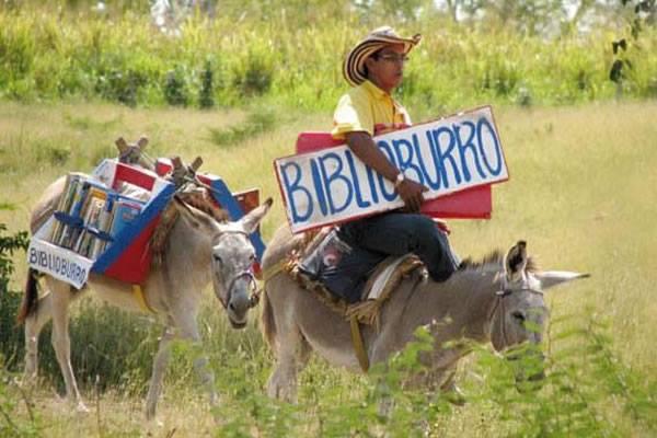 Na Colômbia, um professor leva leitura em sua Biblioburro.
