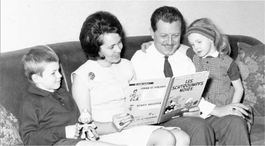 Peyo, o criador dos Smurfs, lê em família.