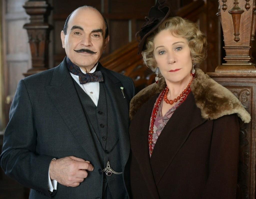 Hercule Poirot e Ariadne Oliver na famosa série da BBC que explora os mistérios de Agatha Christie. A atriz Zoë Wanamaker é quem dá vida ao alter-ego da Rainha do Crime
