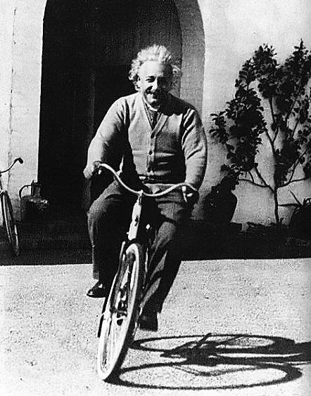 Albert Einstein parece bem feliz