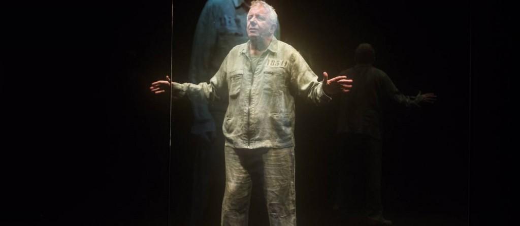 Marco Nanini passa a peça inteira dentro de uma redoma de vidro. Foto: Dani Dacorso (Jornal o Globo)