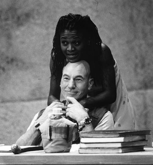 Em 1997, Patrick Stewart inverteu os papéis e viveu um Otelo branco, enquanto Desdêmona era negra
