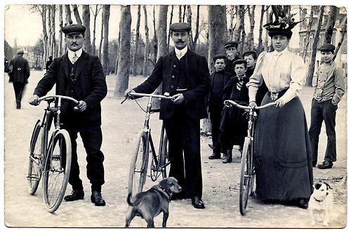 H. G. Wells entre um amigo e sua esposa
