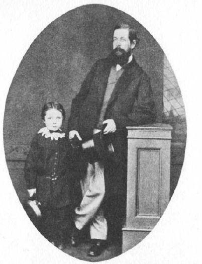 O garotinho é Arthur Conan Doyle, o criador de Sherlock Holmes, aos seis anos de idade
