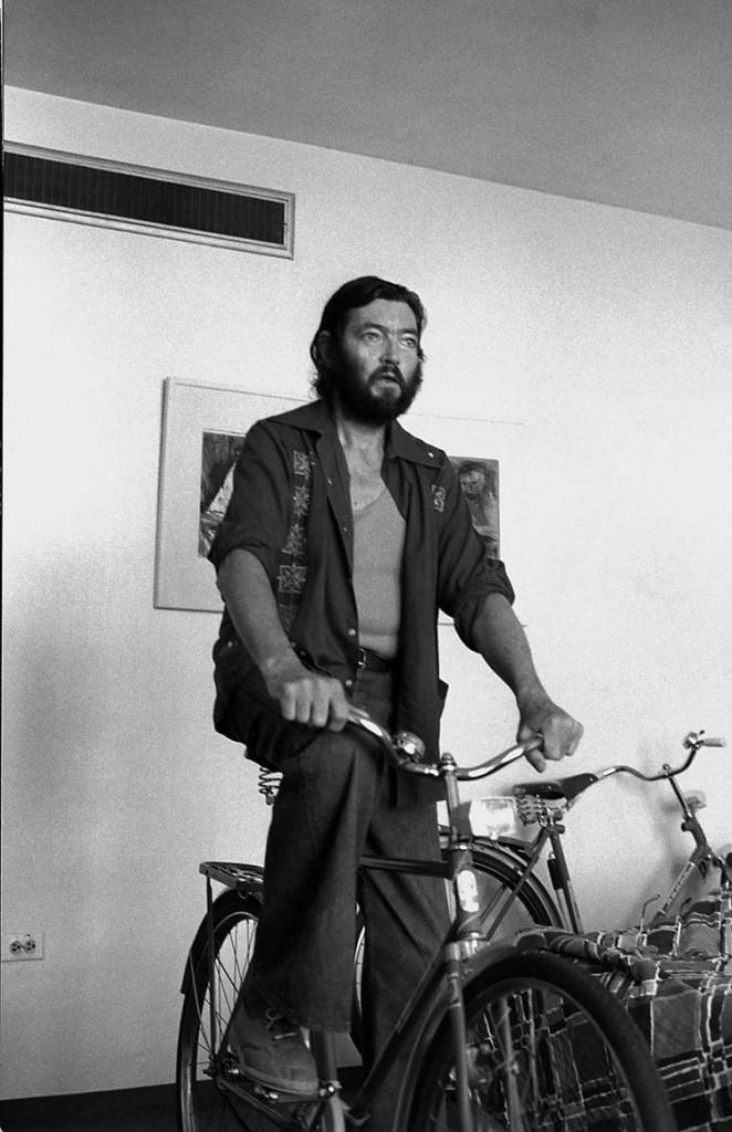 O grande Júlio Cortázar fazendo pose na sua bicicleta