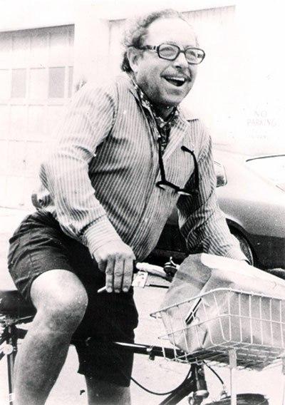 """Tennessee Wiiliams, autor de """"Um bonde chamado desejo"""", anda de bicicleta em 1970."""