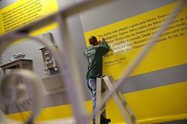 Montagem da exposição em homenagem a Moacyr Scliar que abre em 16 de setembro / Foto Júlio Cordeiro - Agência RBS