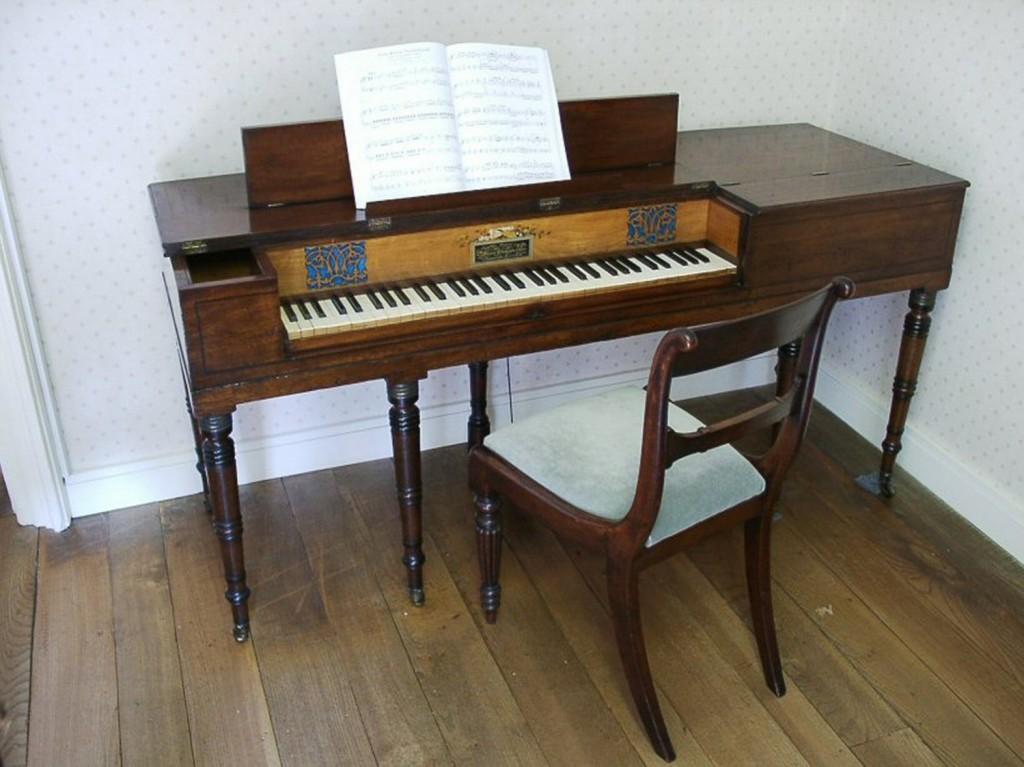 O piano de Jane Austen que atualmente está no museu que leva seu nome