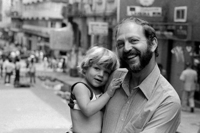 Uma das imagens da exposição: Moacyr Scliar segura no colo o filho Beto na Rua da Ladeira, em Porto Alegre, em 1981 Foto: Carlos Gerbase / Arquivo Pessoal