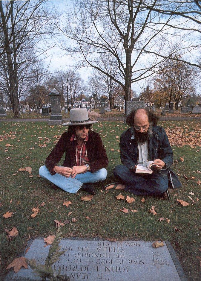 Bob Dylan e Allen Ginsberg em frete à sepultura de Kerouac