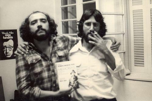 """Ivan Pinheiro Machado (à esquerda)  e Paulo Lima, editores da L&PM, em 23 de agosto de 1978, dia em que foi apreendido o livro """"Memórias de um revolucionário"""" de Helio Silva e Olympio Mourão Filho, durante a ditadura"""