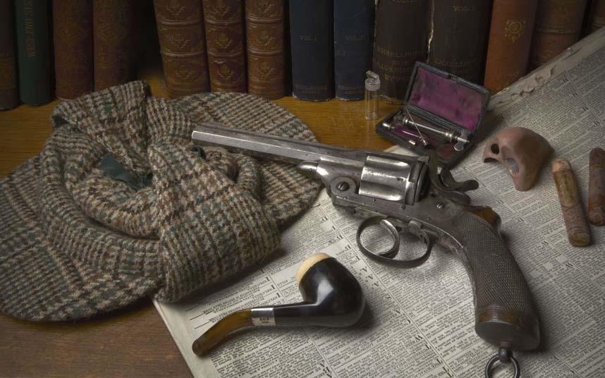 Conan Doyle presenteou Holmes com estes objetos: a famosa boina e o cachimbo de 1868 e um revólver Webley RIC