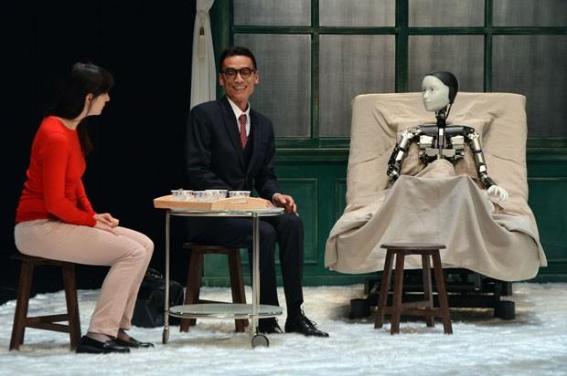 Os atores Thierry Vy Huu e Laetitia Spigarelli contracena com o robô Repliee S1, que protagoniza a adaptação para o teatro da peça 'A Metamorfose', de Franz Kafka. (Foto: Yoshikazu Tsuno/France Presse)